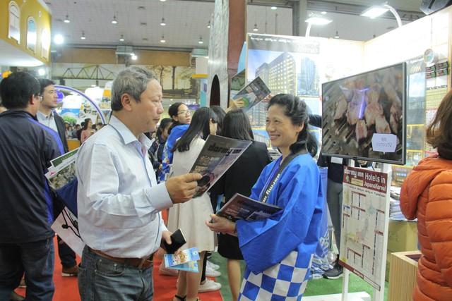 Du khách xếp hàng dài lựa chọn mua tour tại Hội chợ Du lịch Quốc tế Việt Nam – VITM 2019 - Ảnh 6.