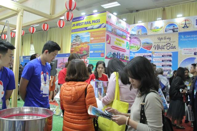 Du khách xếp hàng dài lựa chọn mua tour tại Hội chợ Du lịch Quốc tế Việt Nam – VITM 2019 - Ảnh 7.