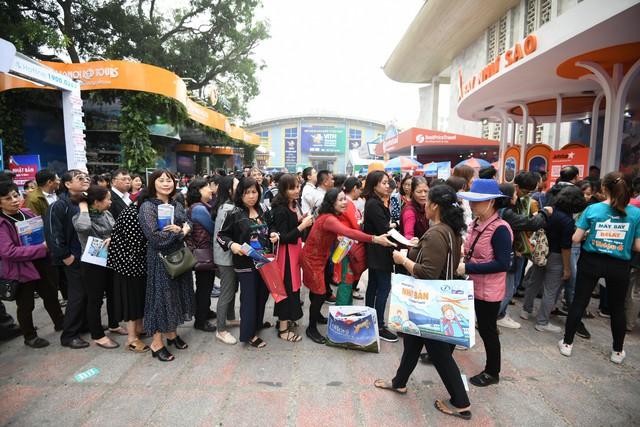 Du khách xếp hàng dài lựa chọn mua tour tại Hội chợ Du lịch Quốc tế Việt Nam – VITM 2019 - Ảnh 9.