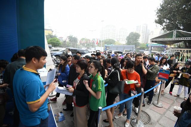 Du khách xếp hàng dài lựa chọn mua tour tại Hội chợ Du lịch Quốc tế Việt Nam – VITM 2019 - Ảnh 8.