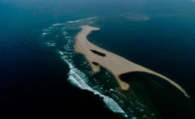 Hiện tượng chưa thể lý giải: Đảo cát nổi giữa vùng biển Cửa Đại dài 3.000m - Ảnh 1.