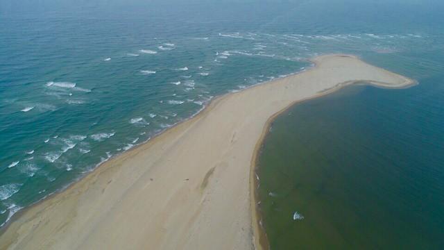 Hiện tượng chưa thể lý giải: Đảo cát nổi giữa vùng biển Cửa Đại dài 3.000m - Ảnh 2.