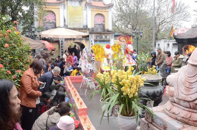 Xếp hàng chờ đến lượt để được dâng sao giải hạn tại chùa Diên Hựu - Ảnh 2.