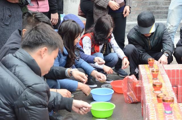 Xếp hàng chờ đến lượt để được dâng sao giải hạn tại chùa Diên Hựu - Ảnh 5.