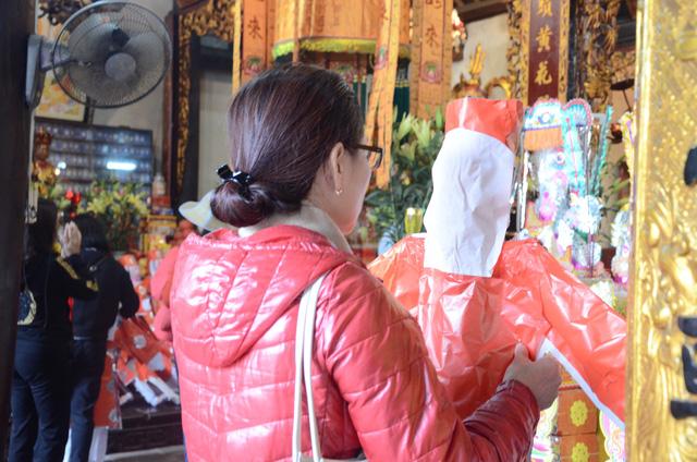 Xếp hàng chờ đến lượt để được dâng sao giải hạn tại chùa Diên Hựu - Ảnh 13.