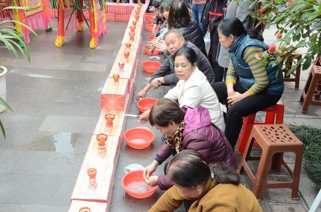 Xếp hàng chờ đến lượt để được dâng sao giải hạn tại chùa Diên Hựu - Ảnh 7.