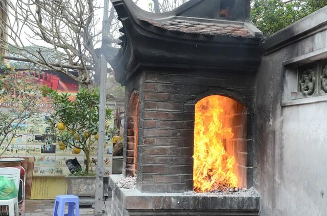 Xếp hàng chờ đến lượt để được dâng sao giải hạn tại chùa Diên Hựu - Ảnh 14.