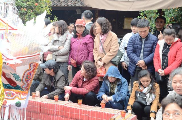 Xếp hàng chờ đến lượt để được dâng sao giải hạn tại chùa Diên Hựu - Ảnh 1.