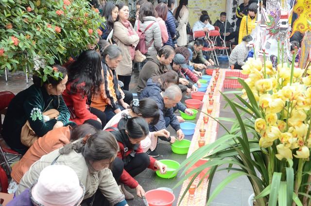 Xếp hàng chờ đến lượt để được dâng sao giải hạn tại chùa Diên Hựu - Ảnh 9.