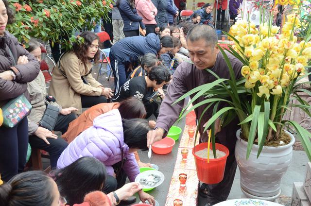 Xếp hàng chờ đến lượt để được dâng sao giải hạn tại chùa Diên Hựu - Ảnh 6.