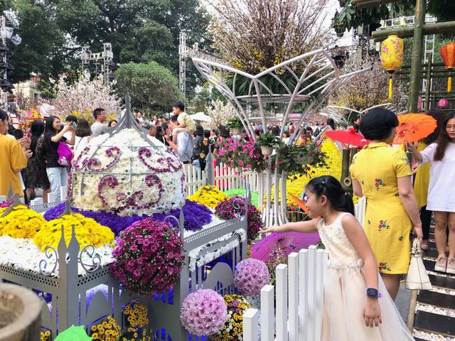 Khách thích thú với trải nghiệm tại lễ hội hoa anh đào ở Hà Nội - Ảnh 5.