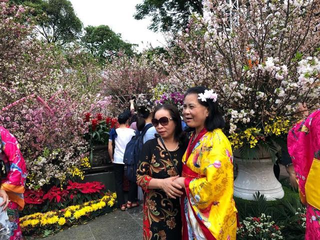 Khách thích thú với trải nghiệm tại lễ hội hoa anh đào ở Hà Nội - Ảnh 3.