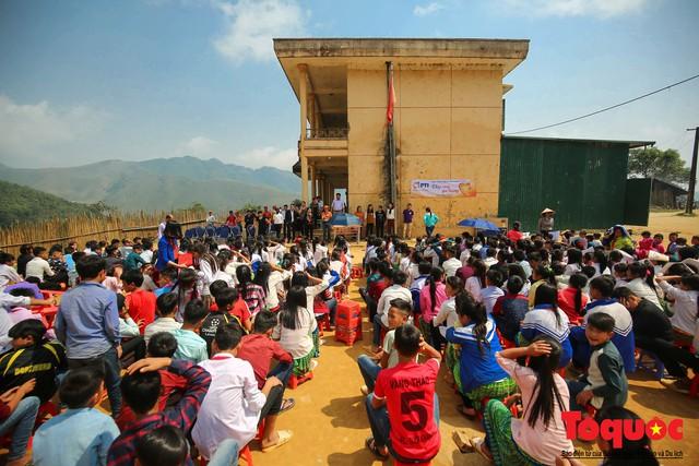 PTI trao tặng 100 triệu cùng hàng nghìn bộ quần áo cho học sinh dân tộc nghèo Sơn La - Ảnh 1.