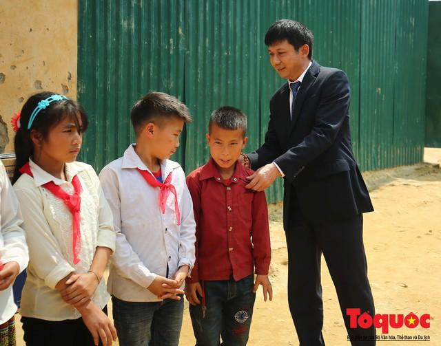PTI trao tặng 100 triệu cùng hàng nghìn bộ quần áo cho học sinh dân tộc nghèo Sơn La - Ảnh 5.