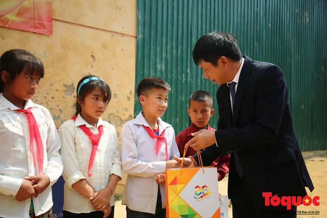 PTI trao tặng 100 triệu cùng hàng nghìn bộ quần áo cho học sinh dân tộc nghèo Sơn La - Ảnh 6.