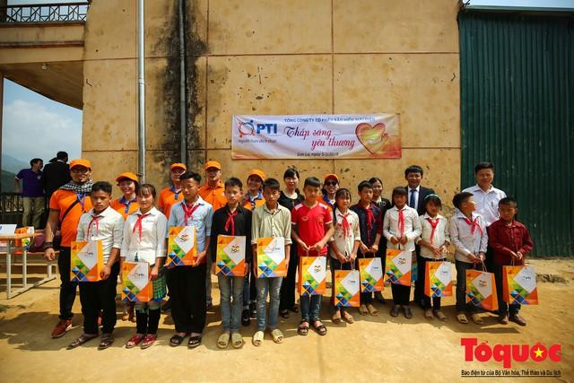 PTI trao tặng 100 triệu cùng hàng nghìn bộ quần áo cho học sinh dân tộc nghèo Sơn La - Ảnh 8.
