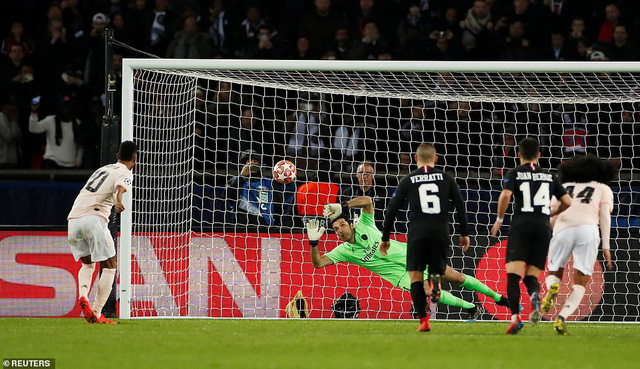 Ngã ngửa trước lý do HLV Solskjaer phải mặc áo yếm dự bị khi chỉ đạo Man United đối đầu PSG - Ảnh 2.