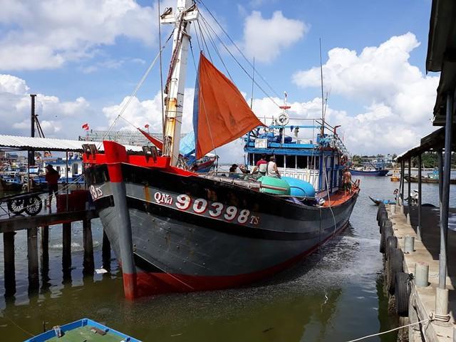 Tàu cá Quảng Ngãi bị tàu Trung Quốc đâm trên biển Hoàng Sa - Ảnh 1.