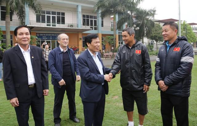 Bộ trưởng Nguyễn Ngọc Thiện tặng hoa cho các cầu thủ nữ nhân ngày 8/3 - Ảnh 1.