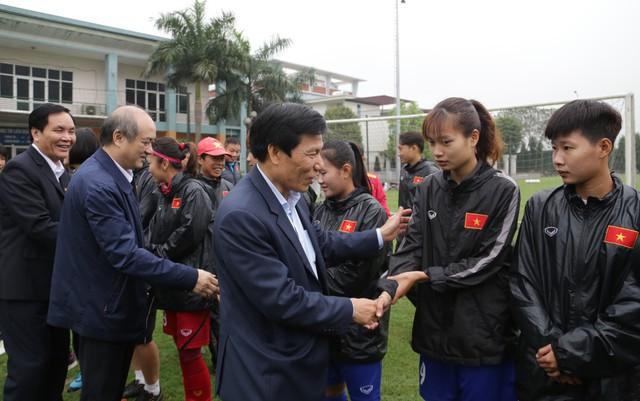 Bộ trưởng Nguyễn Ngọc Thiện tặng hoa cho các cầu thủ nữ nhân ngày 8/3 - Ảnh 2.