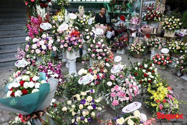 Hoa sáp, hoa dâu tây gây sốt dịp lễ 8/3 - Ảnh 1.