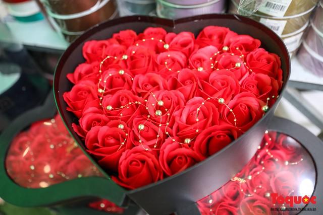 Hoa sáp, hoa dâu tây gây sốt dịp lễ 8/3 - Ảnh 2.