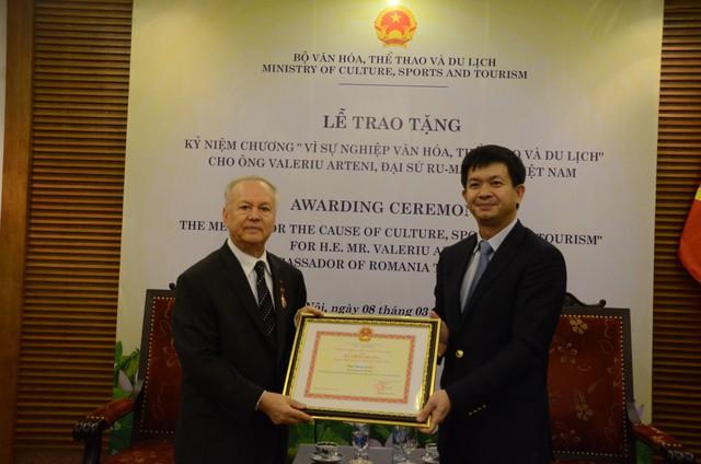 Thứ trưởng Lê Quang Tùng trao tặng Kỷ niệm chương cho Đại sứ Rumani tại Việt Nam - Ảnh 2.