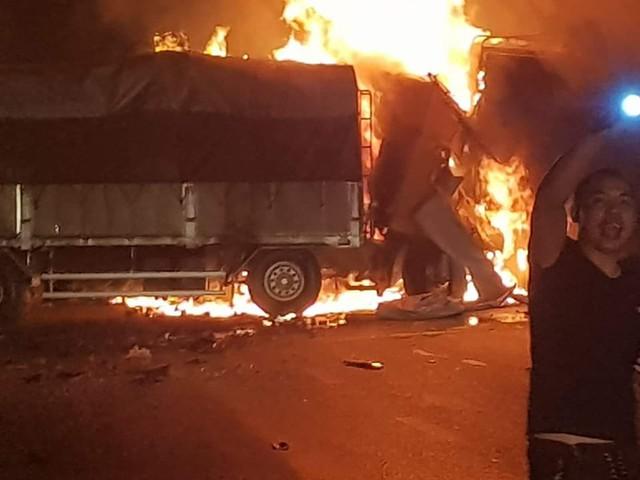 Thanh Hóa: Xe bốc cháy sau va chạm giao thông, 2 người chết cháy trong cabin - Ảnh 2.