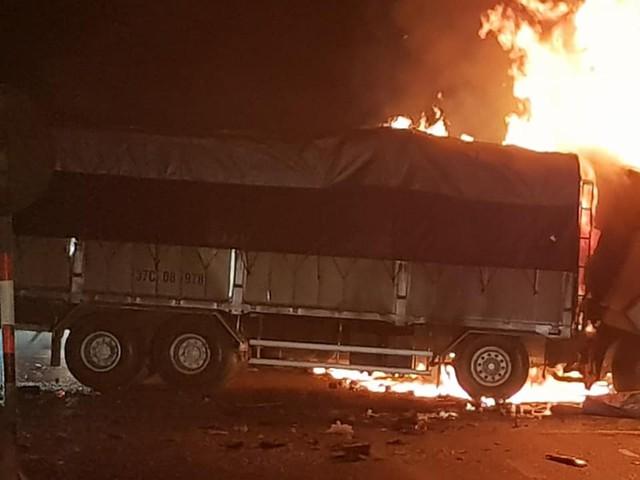 Thanh Hóa: Xe bốc cháy sau va chạm giao thông, 2 người chết cháy trong cabin - Ảnh 1.