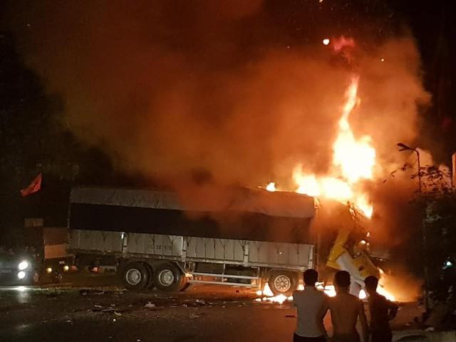 Thanh Hóa: Xe bốc cháy sau va chạm giao thông, 2 người chết cháy trong cabin - Ảnh 3.
