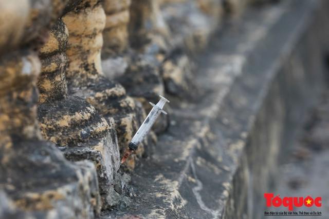 Xi lanh kim tiêm còn đỏ máu bủa vây cây cầu cổ nhất Hà Nội - Ảnh 7.