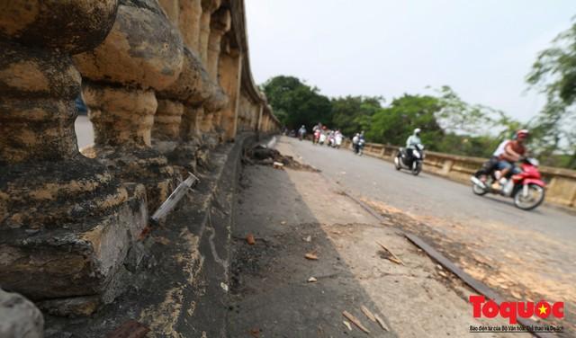 Xi lanh kim tiêm còn đỏ máu bủa vây cây cầu cổ nhất Hà Nội - Ảnh 11.