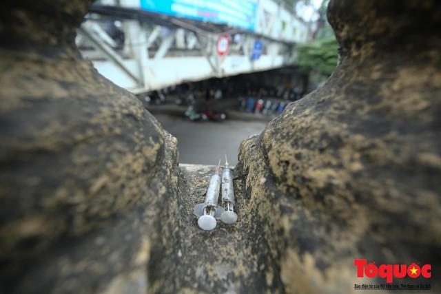 Xi lanh kim tiêm còn đỏ máu bủa vây cây cầu cổ nhất Hà Nội - Ảnh 9.