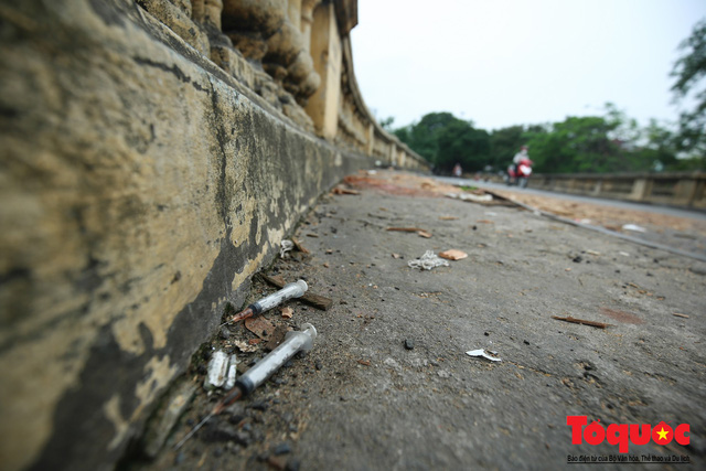 Xi lanh kim tiêm còn đỏ máu bủa vây cây cầu cổ nhất Hà Nội - Ảnh 5.