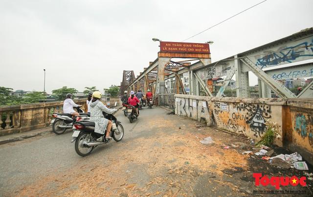 Xi lanh kim tiêm còn đỏ máu bủa vây cây cầu cổ nhất Hà Nội - Ảnh 1.