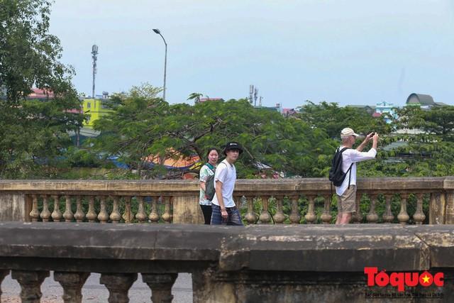 Xi lanh kim tiêm còn đỏ máu bủa vây cây cầu cổ nhất Hà Nội - Ảnh 13.