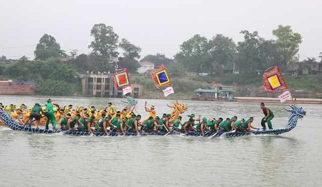 Hàng nghìn người cổ vũ Hội thi bơi chải truyền thống trên sông Lô 2019 - Ảnh 1.