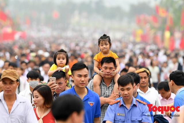 Hàng vạn người về dự Lễ hội Đền Hùng trước ngày Giỗ Tổ - Ảnh 3.