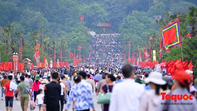 Hàng vạn người về dự Lễ hội Đền Hùng trước ngày Giỗ Tổ - Ảnh 1.