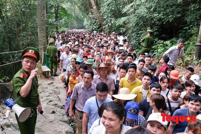 Hàng vạn người về dự Lễ hội Đền Hùng trước ngày Giỗ Tổ - Ảnh 6.