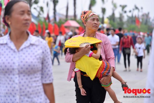 Hàng vạn người về dự Lễ hội Đền Hùng trước ngày Giỗ Tổ - Ảnh 8.