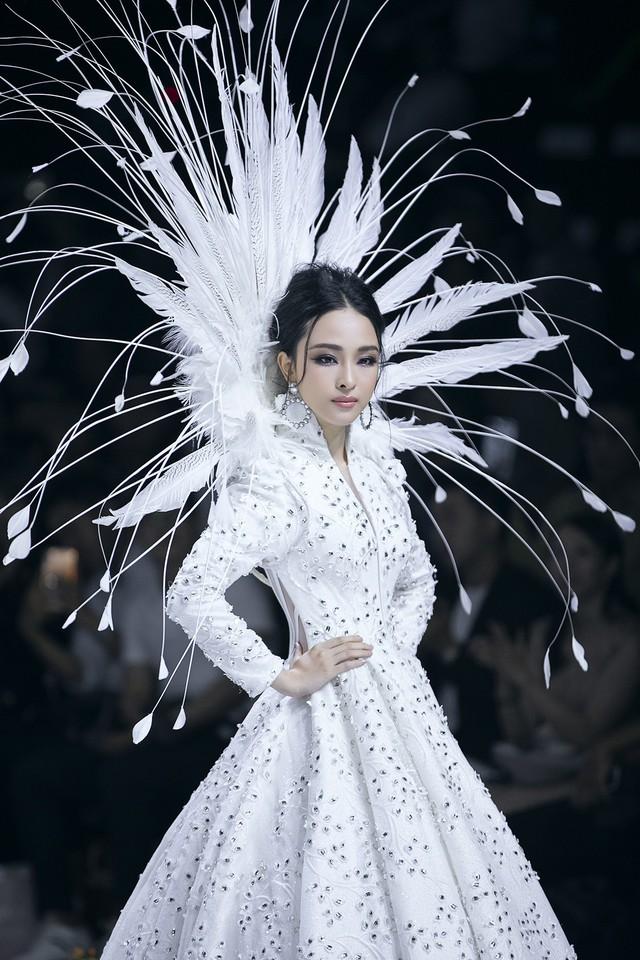 Trương Hồ Phương Nga xuất thần làm vedette show Đức Vincie - Ảnh 18.