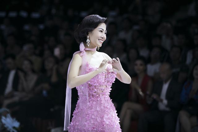 Trương Hồ Phương Nga xuất thần làm vedette show Đức Vincie - Ảnh 16.