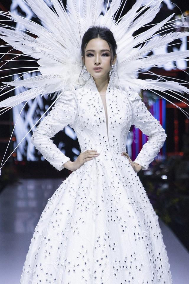 Trương Hồ Phương Nga xuất thần làm vedette show Đức Vincie - Ảnh 17.