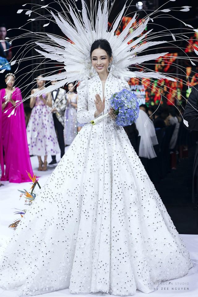 Trương Hồ Phương Nga xuất thần làm vedette show Đức Vincie - Ảnh 20.