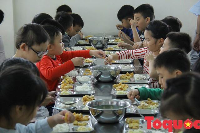 Có quy trình đưa thực phẩm vào trường học nhưng sao vẫn tuồn thức ăn bẩn vào trường học? - Ảnh 1.