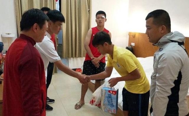 Cầu thủ U17 Hà Nội đến thăm hỏi, xin lỗi cầu thủ bị đấm đội bạn - Ảnh 1.
