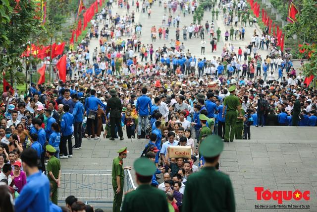 Lực lượng an ninh vất vả giải cứu trẻ nhỏ khỏi dòng người hành hương về Giỗ Tổ Hùng Vương - Ảnh 3.
