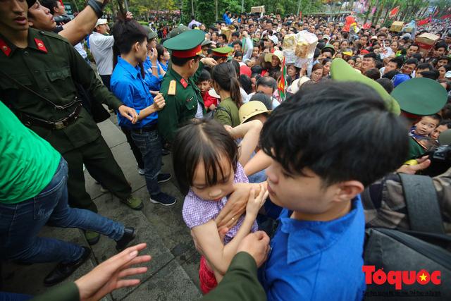 Lực lượng an ninh vất vả giải cứu trẻ nhỏ khỏi dòng người hành hương về Giỗ Tổ Hùng Vương - Ảnh 15.
