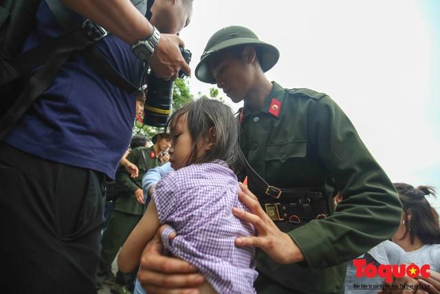 Lực lượng an ninh vất vả giải cứu trẻ nhỏ khỏi dòng người hành hương về Giỗ Tổ Hùng Vương - Ảnh 14.